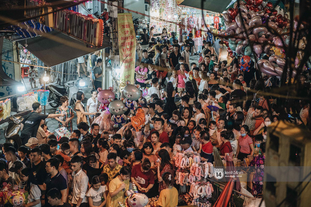 Một ngày trước Trung thu, dân tình Hà Nội đổ ra đường đông nghịt: chen chân về nhà đã khó, muốn vui vẻ dạo bước càng bất khả thi-1