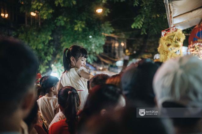 Một ngày trước Trung thu, dân tình Hà Nội đổ ra đường đông nghịt: chen chân về nhà đã khó, muốn vui vẻ dạo bước càng bất khả thi-9