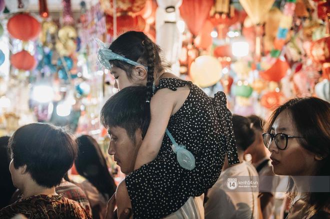 Một ngày trước Trung thu, dân tình Hà Nội đổ ra đường đông nghịt: chen chân về nhà đã khó, muốn vui vẻ dạo bước càng bất khả thi-10