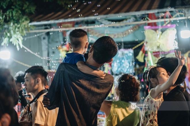 Một ngày trước Trung thu, dân tình Hà Nội đổ ra đường đông nghịt: chen chân về nhà đã khó, muốn vui vẻ dạo bước càng bất khả thi-11