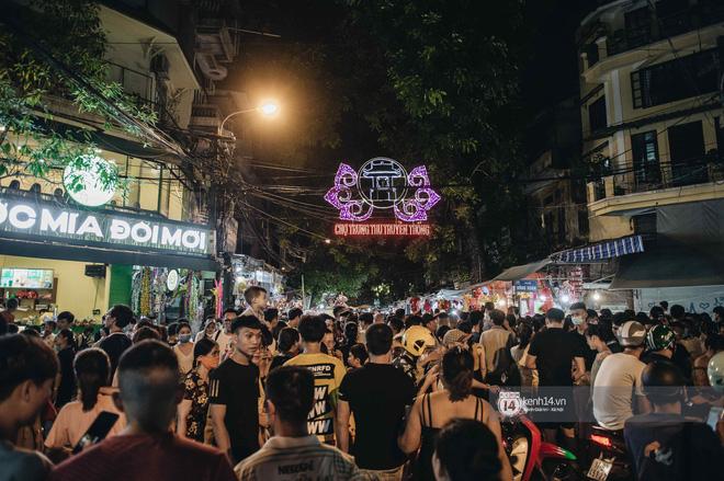 Một ngày trước Trung thu, dân tình Hà Nội đổ ra đường đông nghịt: chen chân về nhà đã khó, muốn vui vẻ dạo bước càng bất khả thi-14