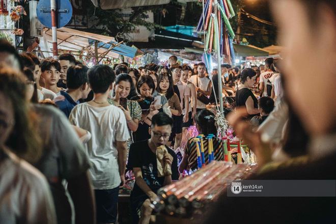 Một ngày trước Trung thu, dân tình Hà Nội đổ ra đường đông nghịt: chen chân về nhà đã khó, muốn vui vẻ dạo bước càng bất khả thi-20