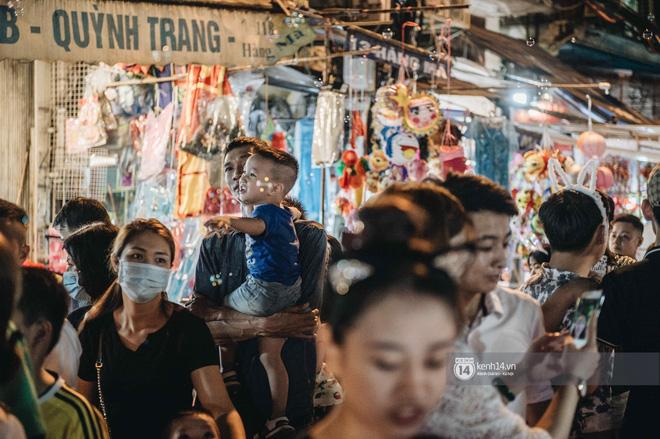 Một ngày trước Trung thu, dân tình Hà Nội đổ ra đường đông nghịt: chen chân về nhà đã khó, muốn vui vẻ dạo bước càng bất khả thi-19