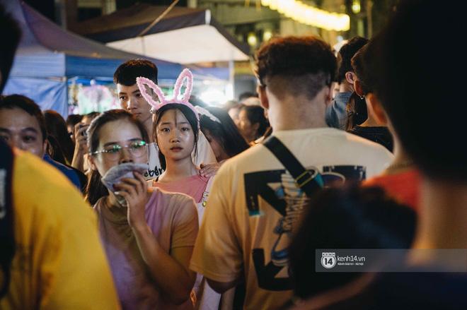 Một ngày trước Trung thu, dân tình Hà Nội đổ ra đường đông nghịt: chen chân về nhà đã khó, muốn vui vẻ dạo bước càng bất khả thi-18