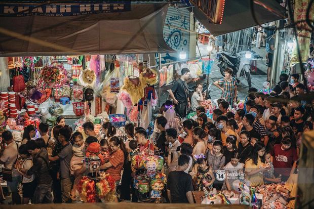 Một ngày trước Trung thu, dân tình Hà Nội đổ ra đường đông nghịt: chen chân về nhà đã khó, muốn vui vẻ dạo bước càng bất khả thi-2