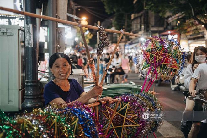 Một ngày trước Trung thu, dân tình Hà Nội đổ ra đường đông nghịt: chen chân về nhà đã khó, muốn vui vẻ dạo bước càng bất khả thi-17