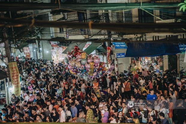 Một ngày trước Trung thu, dân tình Hà Nội đổ ra đường đông nghịt: chen chân về nhà đã khó, muốn vui vẻ dạo bước càng bất khả thi-3