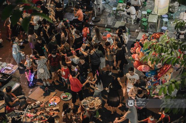 Một ngày trước Trung thu, dân tình Hà Nội đổ ra đường đông nghịt: chen chân về nhà đã khó, muốn vui vẻ dạo bước càng bất khả thi-4