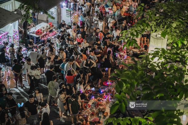 Một ngày trước Trung thu, dân tình Hà Nội đổ ra đường đông nghịt: chen chân về nhà đã khó, muốn vui vẻ dạo bước càng bất khả thi-5