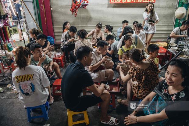 Một ngày trước Trung thu, dân tình Hà Nội đổ ra đường đông nghịt: chen chân về nhà đã khó, muốn vui vẻ dạo bước càng bất khả thi-7
