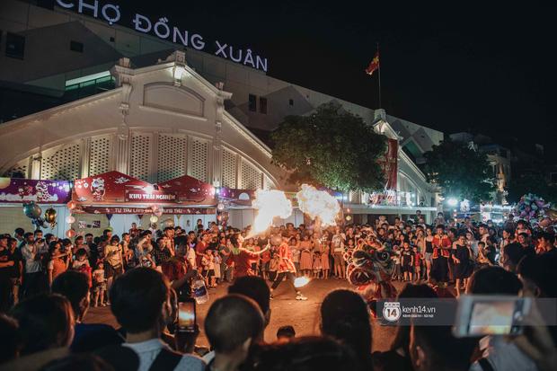 Một ngày trước Trung thu, dân tình Hà Nội đổ ra đường đông nghịt: chen chân về nhà đã khó, muốn vui vẻ dạo bước càng bất khả thi-6