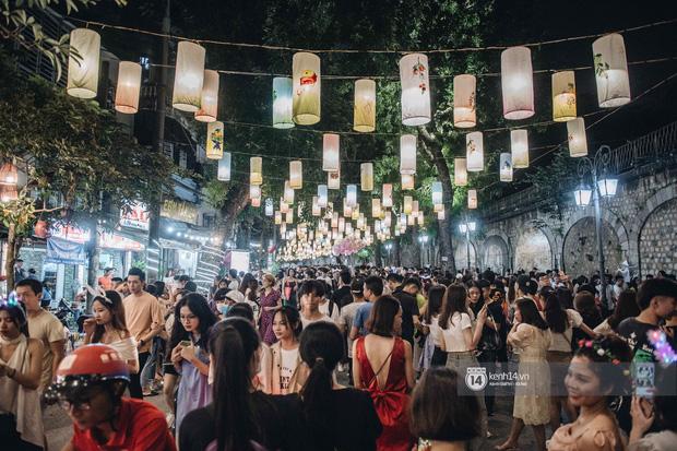 Một ngày trước Trung thu, dân tình Hà Nội đổ ra đường đông nghịt: chen chân về nhà đã khó, muốn vui vẻ dạo bước càng bất khả thi-8