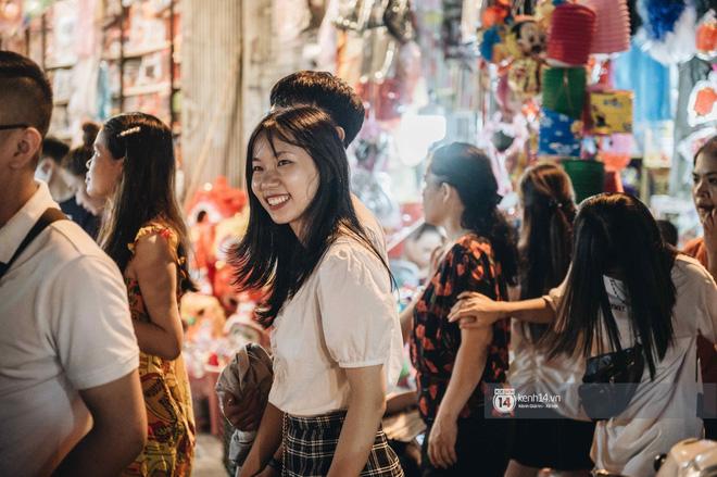 Một ngày trước Trung thu, dân tình Hà Nội đổ ra đường đông nghịt: chen chân về nhà đã khó, muốn vui vẻ dạo bước càng bất khả thi-13
