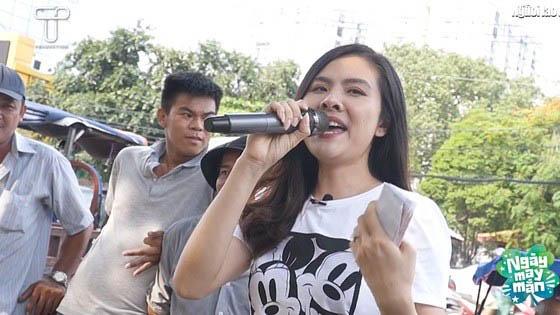 Vân Trang đi bán vé số, hát dạo giúp cậu bé khuyết tật tay chân