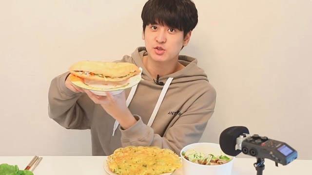 Idol Hàn Quốc ăn thử bánh mì, bánh xèo và bún chả