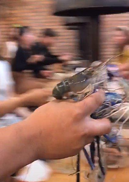 Thực khách xúm vào giành giật chậu tôm sống trong nhà hàng buffet, có người bốc cả nắm bằng tay không khiến dân tình ngỡ ngàng-3