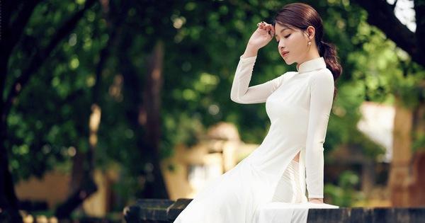 """""""Hoa khôi"""" Giọng hát hay Hà Nội gây thương nhớ với áo dài trắng"""