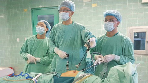 Nhịn tiểu nhiều giờ trên xe khách, 1 cụ bà nhập viện vì vỡ bàng quang