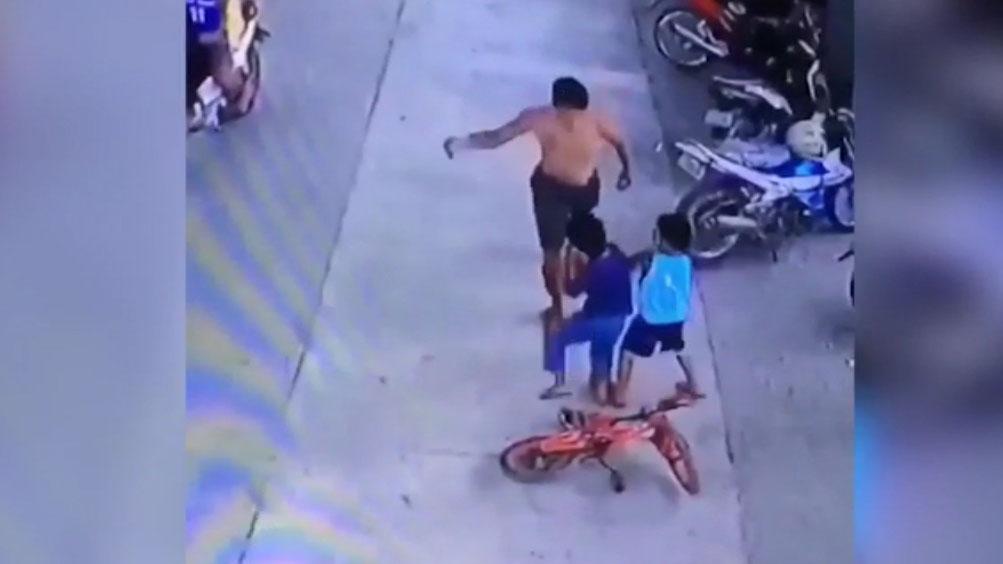 Con nhỏ bị đẩy ngã, hành động bênh con của ông bố khiến dân mạng chỉ trích