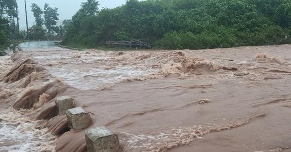 Quảng Trị: 2 người dân bị lũ cuốn mất tích khi chèo đò qua suối