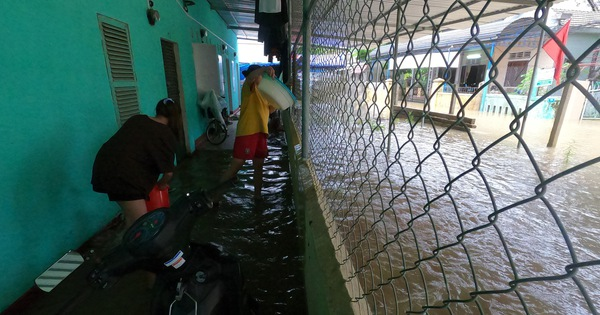 Người dân đi lại khó khăn, sinh viên hì hục tát nước ở khu vực ngập sâu tại TP Huế