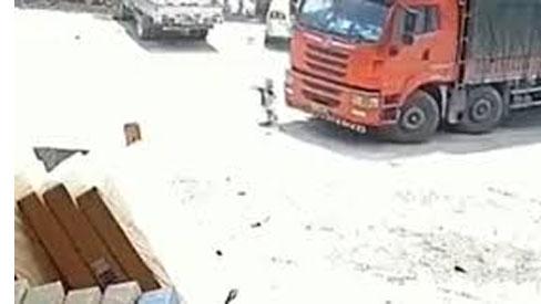 Clip: Kinh hãi khoảnh khắc bé trai bị chiếc container
