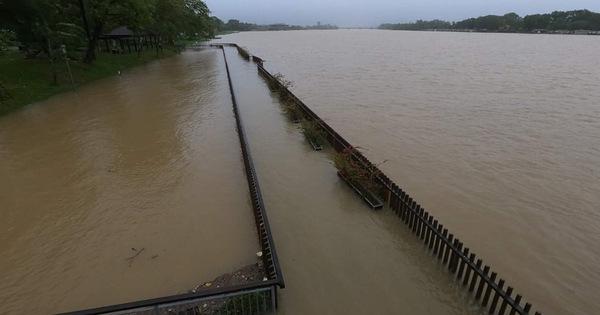 Nước sông Hương dâng cao, cầu gỗ lim tiền tỷ bị nhấn chìm