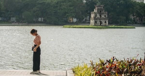 Người Hà Nội thích thú với diện mạo mới của hồ Gươm sau 5 tháng lát