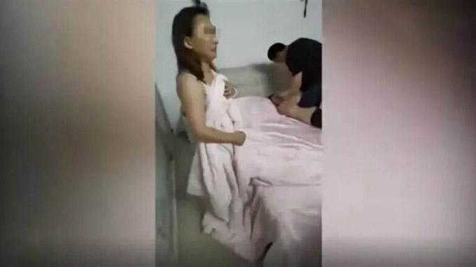 Chồng xông vào đánh ghen khi bắt quả tang vợ vụng trộm với nhân tình, nhưng phản ứng của con trai mới gây khó hiểu