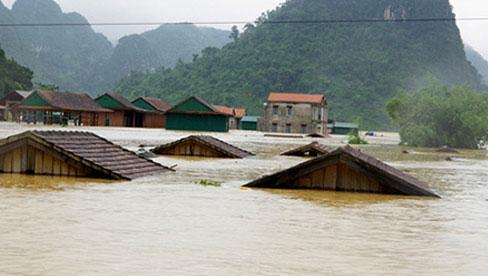 Lũ dâng cao ở Quảng Bình, cả một vùng chỉ còn thấy mái nhà