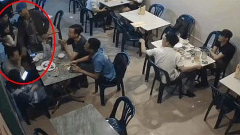 Thẳng tay ném cốc sang bàn bên, thanh niên ra tát tới tấp vào mặt người đàn ông vì một cái