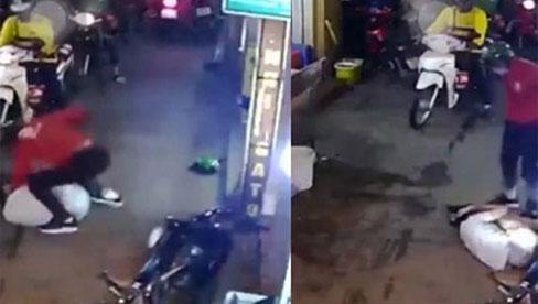 Clip: Tài xế mặc áo xe ôm công nghệ hùng hổ lao vào đấm đá, quăng người dã man gây xôn xao MXH