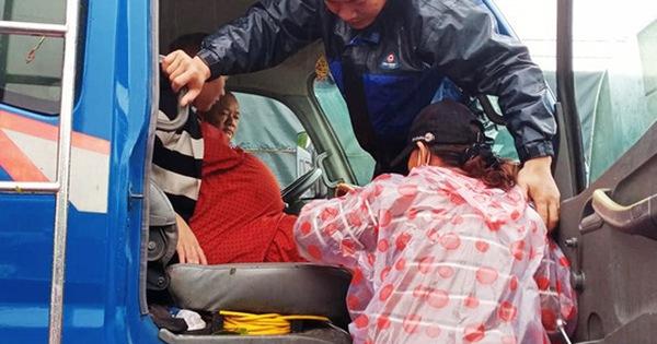 Bộ đội dùng xe tải, ca nô đưa sản phụ chuyển dạ vượt 20km nước lũ đến bệnh viện sinh con