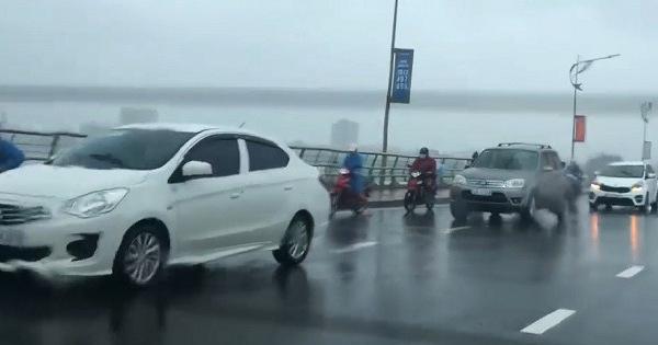 Tài xế ô tô cho xe chạy chậm để che chắn gió giúp người đi xe máy qua cầu an toàn