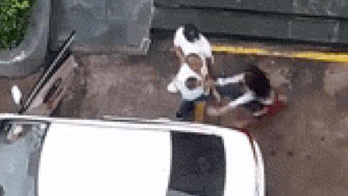 Bế con nhỏ trên tay, người chồng lao tới đấm, đá vợ dã man giữa sân chung cư