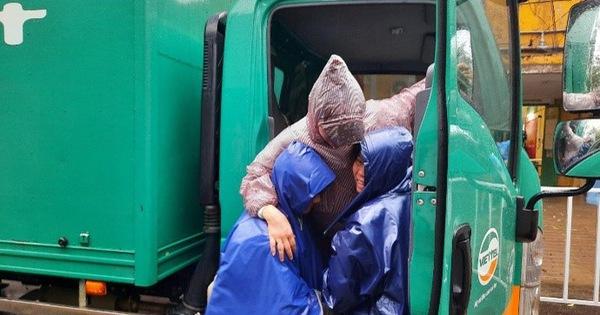 Cảm động tình người trong mùa lũ: Xe bưu phẩm vượt dòng nước đưa sản phụ chuyển dạ đến bệnh viện