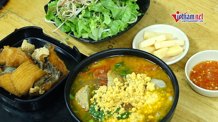 Hà Nội: Quán bún cá chấm 'bay vèo' 50kg cá, 300 - 400 bát mỗi ngày