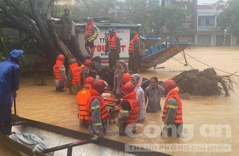 Hàng ngàn CBCS Công an TT– Huế dầm mưa lũ ngày đêm giúp dân