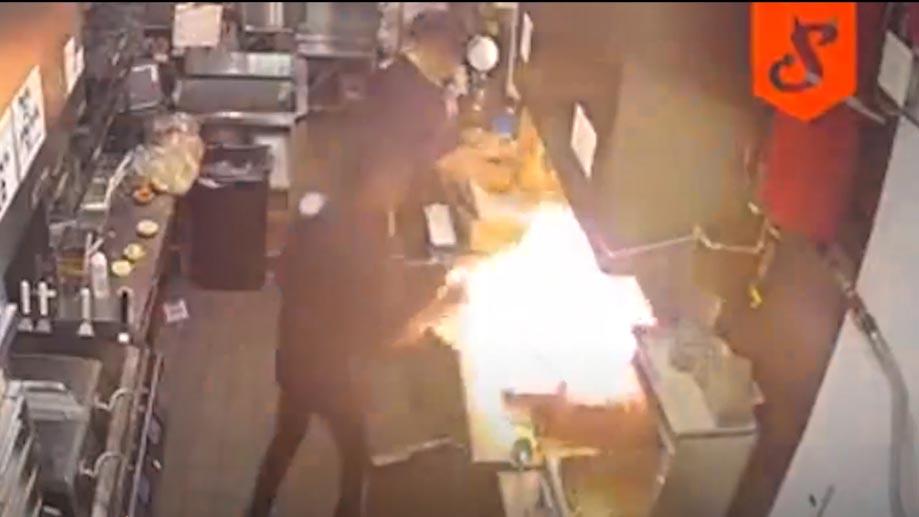 Đổ nước dập lửa, nhân viên khiến bếp phụt lửa dữ dội hơn