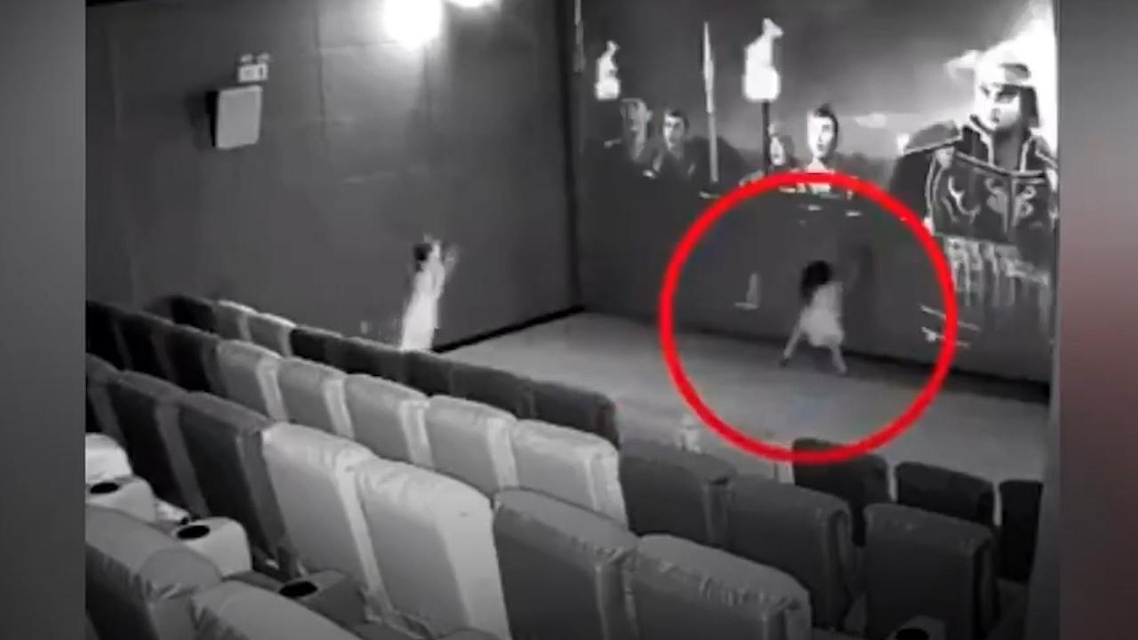 Bé gái đá vào màn hình rạp phim ở Trung Quốc