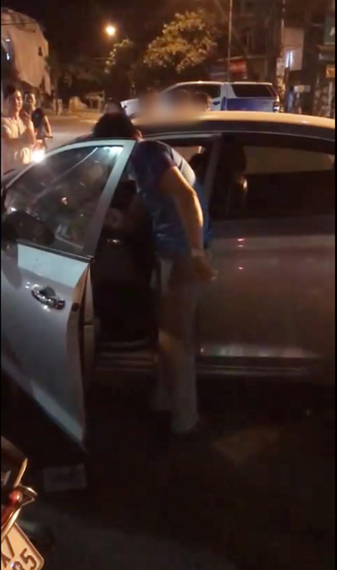 Clip: Bị bắt quả tang chở nhân tình trên ô tô, chồng hùng hổ lao xuống đấm đá cả vợ và người bạn đi cùng-1