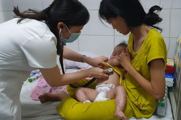 Trẻ mắc tay chân miệng biến chứng lở loét nặng vì cha mẹ tự điều trị