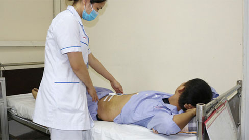 Nam thanh niên bị rách cơ bụng vì tập thể dục sai cách