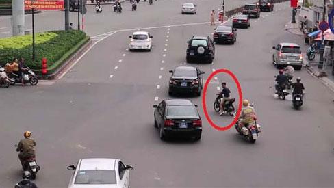 Thanh niên đầu trần, chạy xe máy ngang nhiên cắt đoàn xe ưu tiên ở TP. Hồ Chí Minh