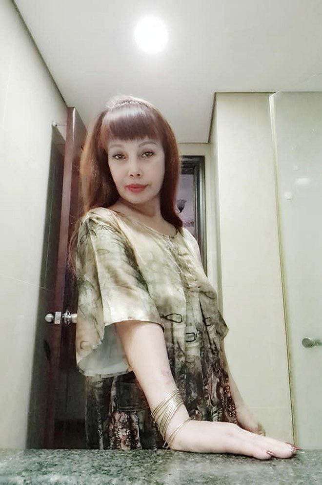 """Cô dâu 63 tuổi để lộ vùng nhạy cảm khiến dân tình bất ngờ, tự tin khoe nhan sắc đã bớt méo mó"""" trong căn nhà mới-4"""