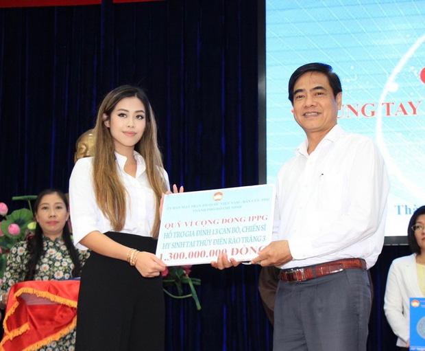 Tiên Nguyễn đại diện nhà tỷ phú Johnathan Hạnh Nguyễn trao 2 tỷ hỗ trợ miền Trung, 1,3 tỷ cho gia đình 13 cán bộ gặp nạn ở Rào Trăng 3-2