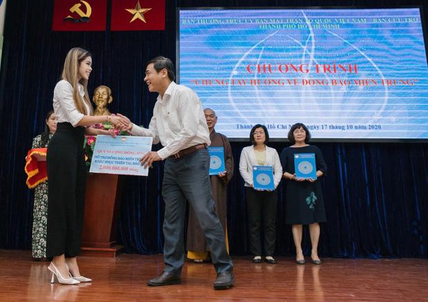 Tiên Nguyễn đại diện nhà tỷ phú Johnathan Hạnh Nguyễn trao 2 tỷ hỗ trợ miền Trung, 1,3 tỷ cho gia đình 13 cán bộ gặp nạn ở Rào Trăng 3-1