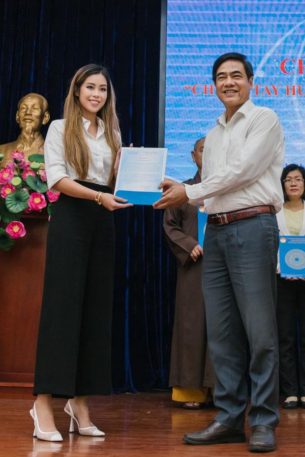Tiên Nguyễn đại diện nhà tỷ phú Johnathan Hạnh Nguyễn trao 2 tỷ hỗ trợ miền Trung, 1,3 tỷ cho gia đình 13 cán bộ gặp nạn ở Rào Trăng 3-3