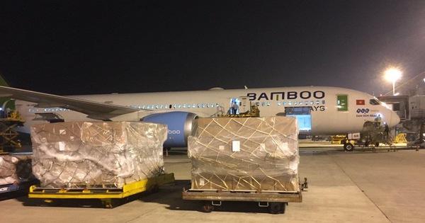 Nhiều hãng hàng không Việt Nam miễn phí các chuyến bay hàng hóa cứu trợ miền Trung