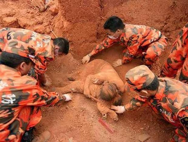 Sự thật về bức ảnh mẹ ôm chặt con dưới lớp bùn đất được cho là do sạt lở ở Quảng Trị lan truyền trên MXH-2